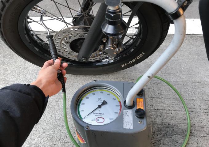 バイク タイヤ 空気 入れ方